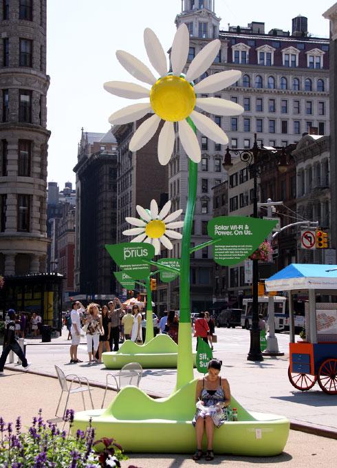 NYの街角に無料のソーラーパワー充電器が登場!!!_b0007805_11143365.jpg