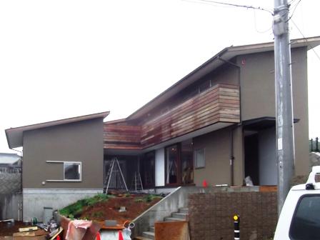 「丘に建つ回遊ウッドデッキの家」2階バルコニー木製手摺がつきました_f0170331_15531135.jpg