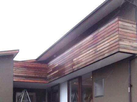 「丘に建つ回遊ウッドデッキの家」2階バルコニー木製手摺がつきました_f0170331_1554932.jpg