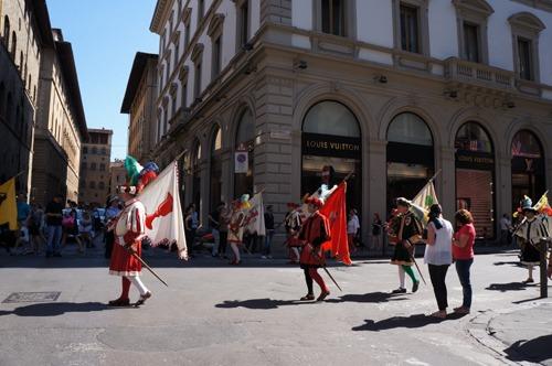 フィレンツェはお祭りです~ズバンディエラトーレ_f0106597_2212714.jpg