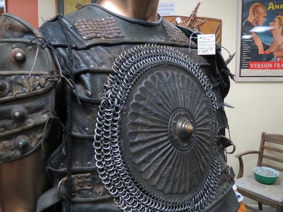 SKY130622 このようにズッシリとした鉄の鎖を編みこんだ鎧は、かなりの重量があるのではないか_d0288367_15414699.jpg