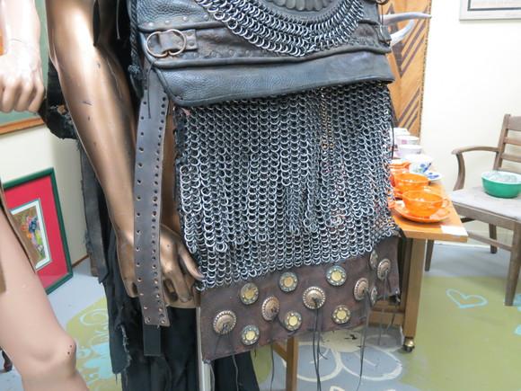 SKY130622 このようにズッシリとした鉄の鎖を編みこんだ鎧は、かなりの重量があるのではないか_d0288367_15421055.jpg
