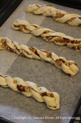マンゴー酵母で、黒糖とくるみのねじねじパン!_a0165538_935576.jpg