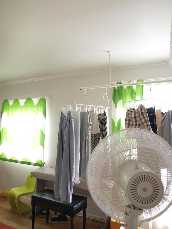 梅雨の洗濯物は「除湿&扇風機」の最強タッグで短時間で徹底的に乾かす