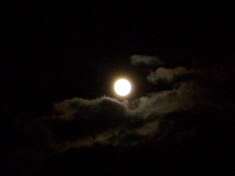 月との距離が縮まる夜_f0079085_22333493.jpg
