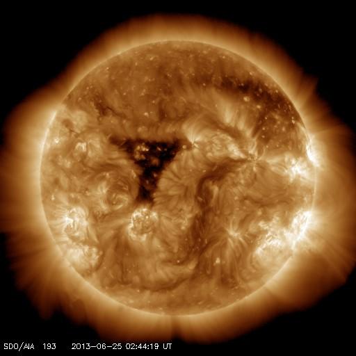 最近の太陽も面白い三角形のコロナホール登場!:いったい太陽は何なのか?_e0171614_8195646.jpg