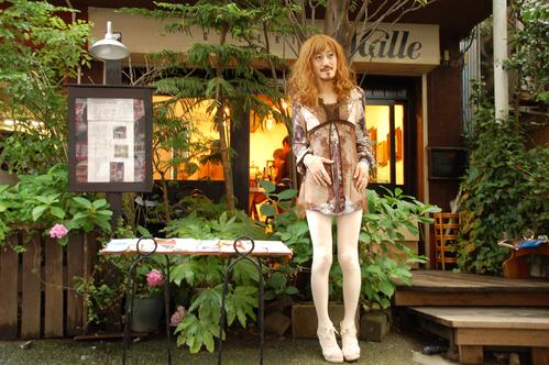 恵比寿ギャラリーMalleの 緑に囲まれたテラスは ビールとしゃべりに最適。 気持ち良い空間。_d0119642_10143130.jpg