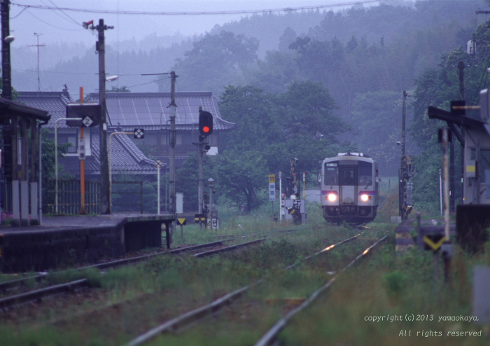 降りしきる雨の駅へ_d0309612_2158121.jpg