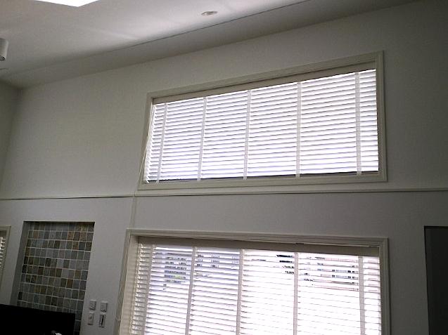 高窓に、ナニックの木製ブラインドを納めました。_c0157866_16143690.jpg
