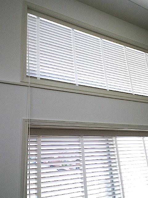 高窓に、ナニックの木製ブラインドを納めました。_c0157866_1616125.jpg