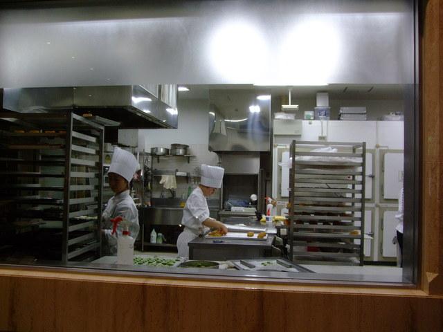 第1話 金沢はまず近江町市場で食し、石川県立美術館のカフェでのんびり_f0100593_1649723.jpg