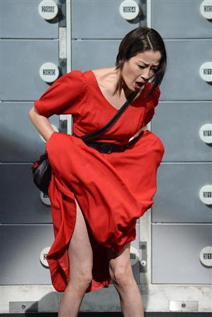 赤いドレスをまくる宮沢りえ