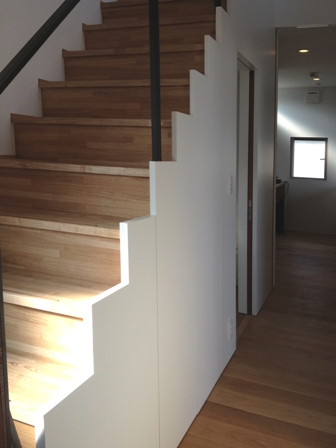 「丘に建つ回遊ウッドデッキの家」web内覧-階段室編-_f0170331_19365632.jpg