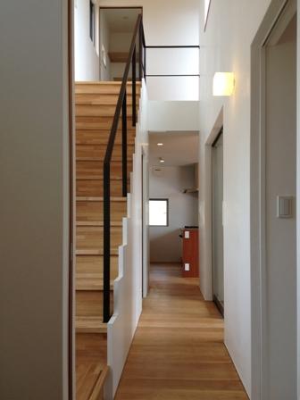 「丘に建つ回遊ウッドデッキの家」web内覧-階段室編-_f0170331_1936678.jpg
