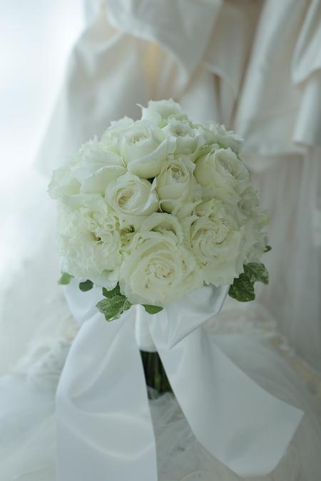 クラッチブーケ たくさんの花びらで白のブーケ グランドハイアット様へ_a0042928_1158386.jpg