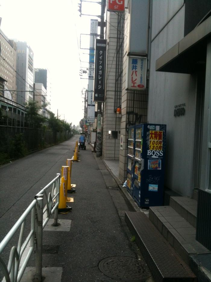 日曜早朝の渋谷線路沿い_b0100432_14282788.jpg