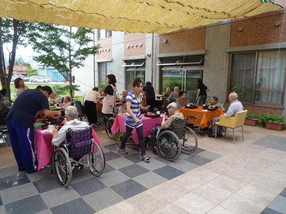 「らくえん」ショートステイでの中庭昼食会_e0191174_11353572.jpg