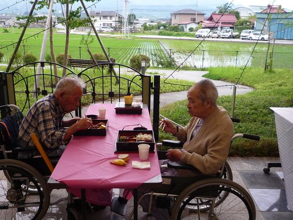 「らくえん」ショートステイでの中庭昼食会_e0191174_11355730.jpg