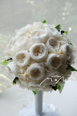 白バラをギュッとあつめたラウンドブーケ_a0136507_16292850.jpg