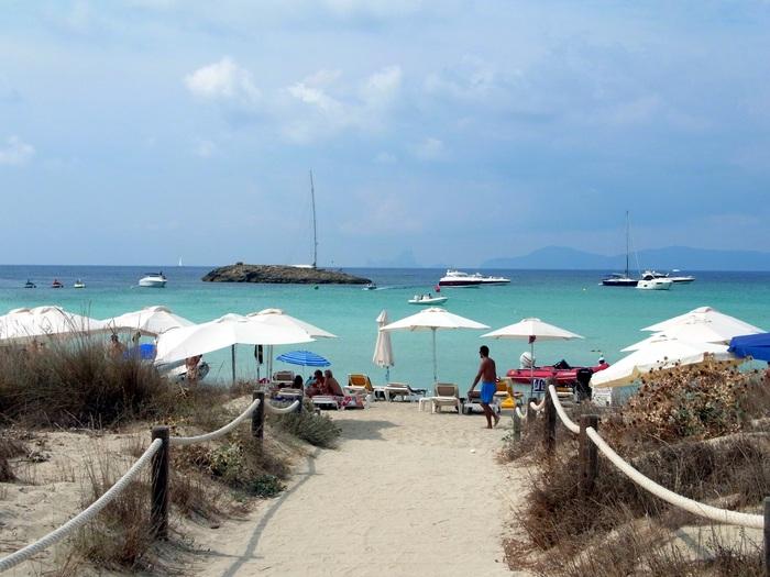 フォルメンテーラ島のビーチへ_d0116009_9583272.jpg
