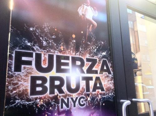 以前から気になっていた「Fuerza Bruta」をユニオンスクエアのダリル・ロス・シアターで観る。斬新!_e0094804_19352371.jpg