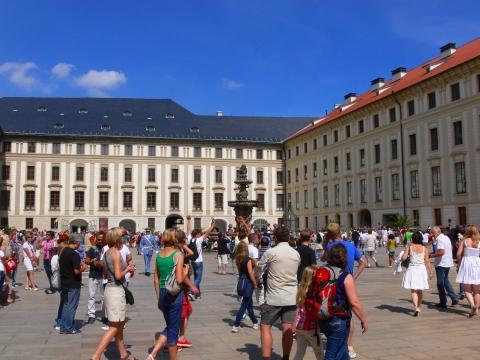 中欧家族旅行2012年08月-第九日目-チェコ・プラハ、プラハ城(I)、入城、第1と2の中庭_c0153302_17232146.jpg