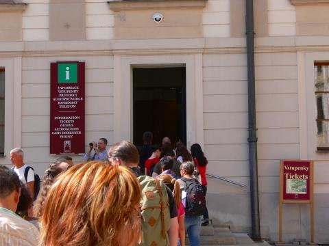 中欧家族旅行2012年08月-第九日目-チェコ・プラハ、プラハ城(I)、入城、第1と2の中庭_c0153302_17234639.jpg