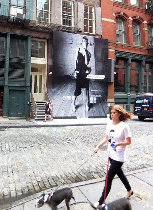 NYのSOHOにオープン予定のバレンシアガ(Balenciaga)旗艦店前の巨大写真ポスター_b0007805_191181.jpg