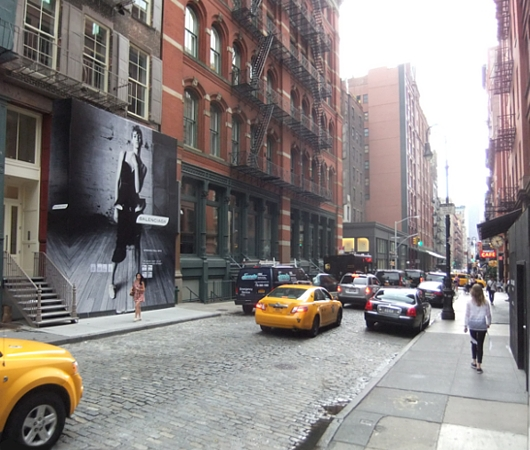 NYのSOHOにオープン予定のバレンシアガ(Balenciaga)旗艦店前の巨大写真ポスター_b0007805_1913592.jpg