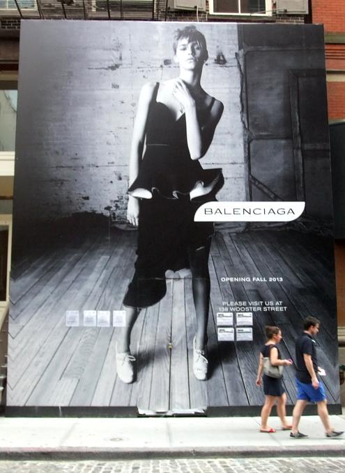 NYのSOHOにオープン予定のバレンシアガ(Balenciaga)旗艦店前の巨大写真ポスター_b0007805_1914889.jpg