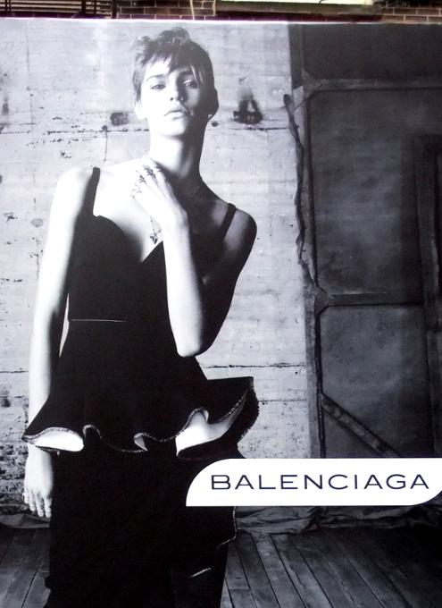 NYのSOHOにオープン予定のバレンシアガ(Balenciaga)旗艦店前の巨大写真ポスター_b0007805_1924483.jpg
