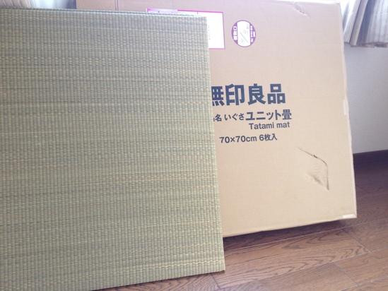 無印良品 イ草ユニット畳 60×60cm・ジョイント2個付 4,900円(税込)  引用:https://www.muji.net/store/cmdty/detail/4549337329577