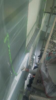 西面外壁の上塗り一回目_f0211203_0401876.jpg