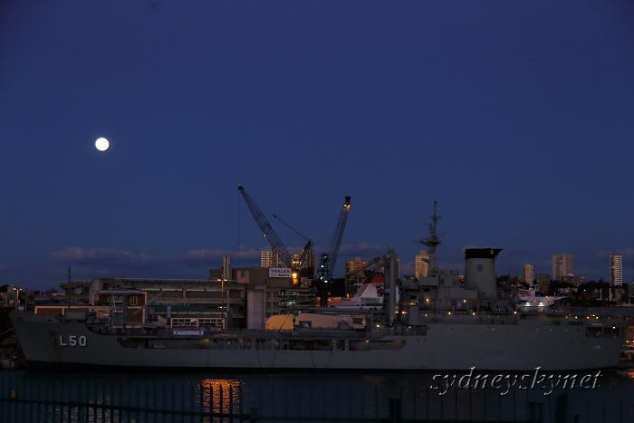 軍艦と満月_f0084337_1933427.jpg