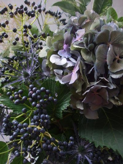 オークリーフ(紫秋色紫陽花と青い実もののアレンジメント)_f0049672_1712963.jpg