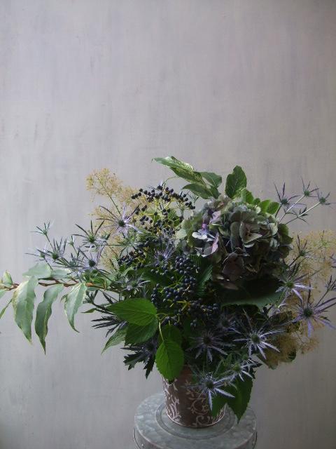 オークリーフ(紫秋色紫陽花と青い実もののアレンジメント)_f0049672_171428.jpg