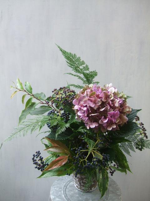 オークリーフ(紫秋色紫陽花と青い実もののアレンジメント)_f0049672_1752754.jpg