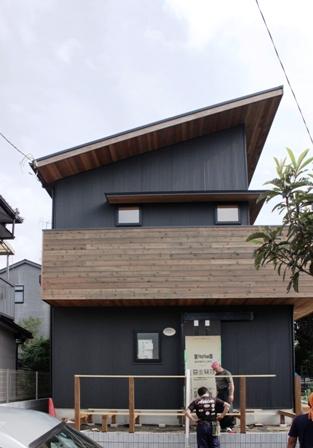 「緑豊かな高台に建つ二世帯住宅」周囲の環境によって素材を選びます_f0170331_18151214.jpg