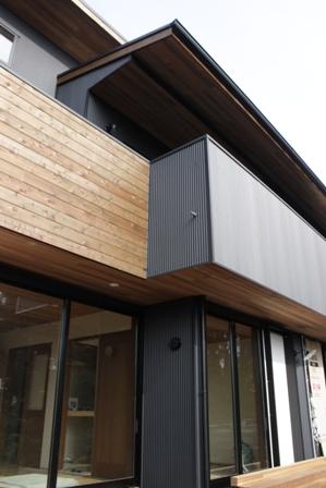「緑豊かな高台に建つ二世帯住宅」周囲の環境によって素材を選びます_f0170331_18164652.jpg