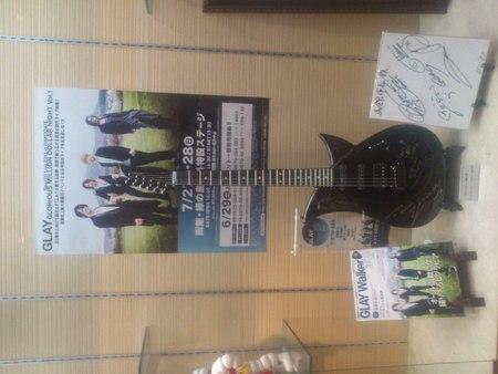 GLAYのサインギターの写真_b0106766_11111270.jpg