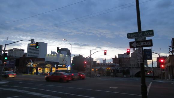 SKY130807 華やかさは、思ったよりもなく街角のBarの前に、数人の若人が集まっている。_d0288367_8144863.jpg
