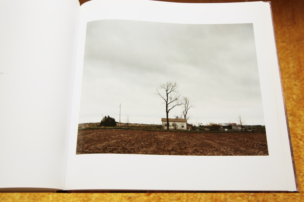 Alec Soth 「Sleeping by the Mississippi」_c0016177_10384037.jpg