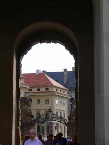中欧家族旅行2012年08月-第九日目-チェコ・プラハ、プラハ城(I)、入城、第1と2の中庭_c0153302_233372.jpg