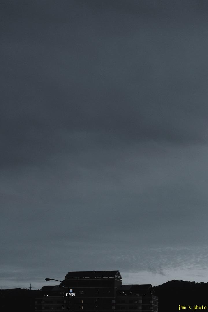 空を見上げる男(カモメは西へ)_a0158797_1134997.jpg