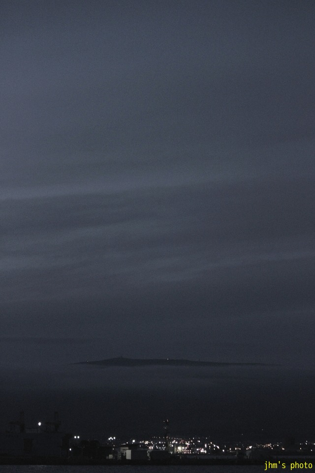 空を見上げる男(カモメは西へ)_a0158797_1252841.jpg