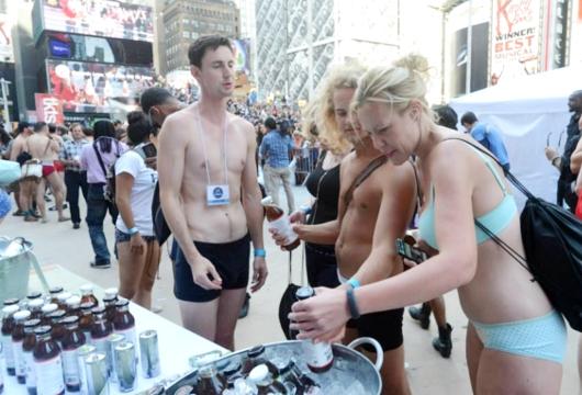 NYのタイムズスクエアに下着姿で大集合 National Underwear Day_b0007805_107121.jpg