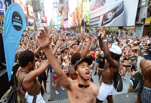 NYのタイムズスクエアに下着姿で大集合 National Underwear Day_b0007805_1085676.jpg