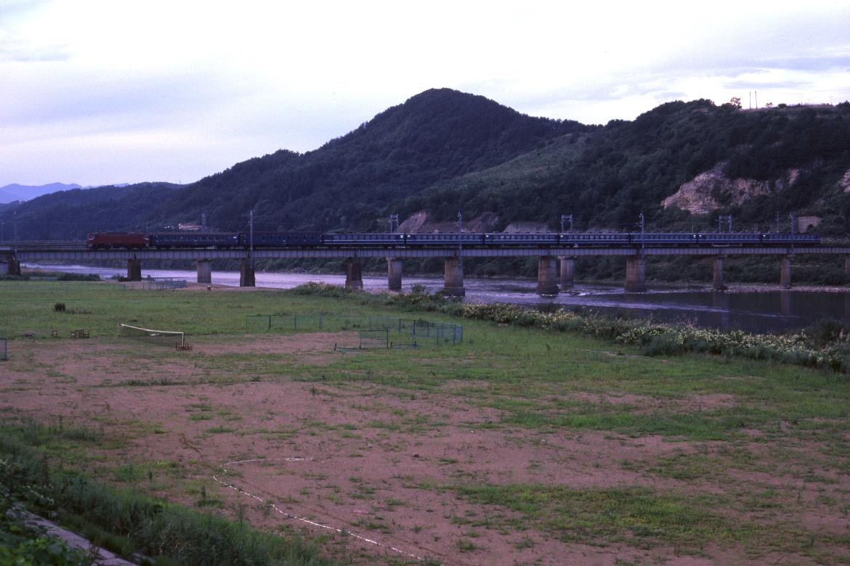 初秋の夕暮れ、東京さいぐ汽車が米代川を渡る - 1982年・奥羽本線 -  _b0190710_2258374.jpg