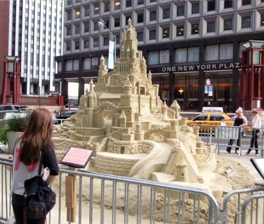 NYの高層ビルの谷間に巨大な砂のお城が登場!!! Water Street Pops!_b0007805_0191065.jpg