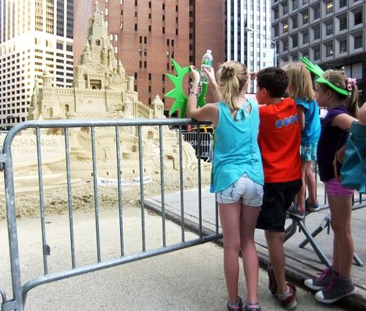 NYの高層ビルの谷間に巨大な砂のお城が登場!!! Water Street Pops!_b0007805_0195953.jpg